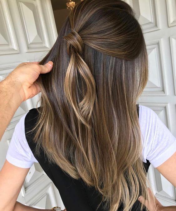 Chica de cabello medio largo lacio