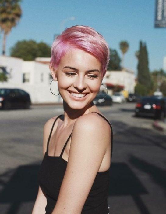 Chica con cabello pixie color rosa