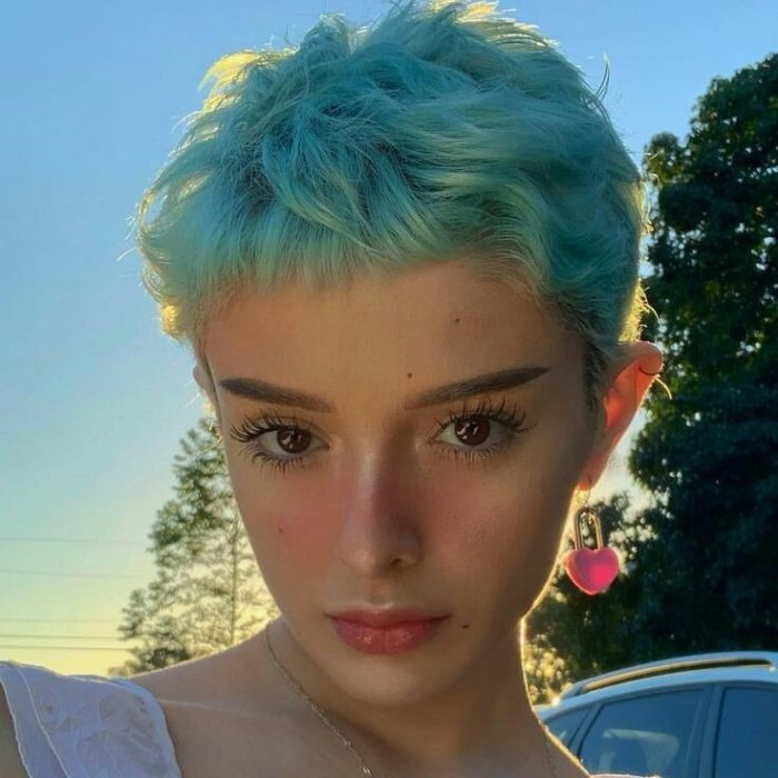 Chica con corte de cabello pixie color azul