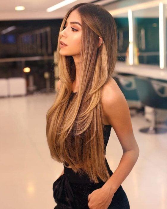 Chica rubia de cabello largo lacio