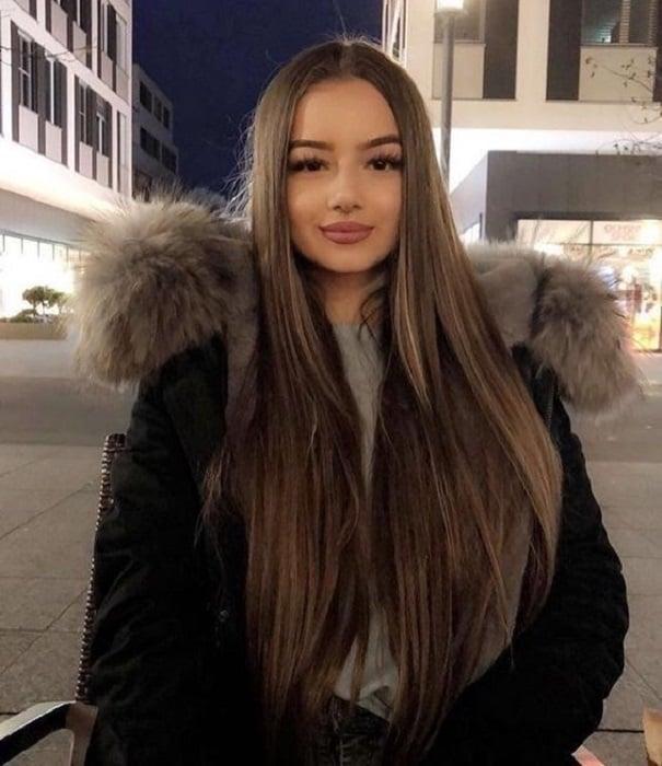 Chica de cabello largo lacio