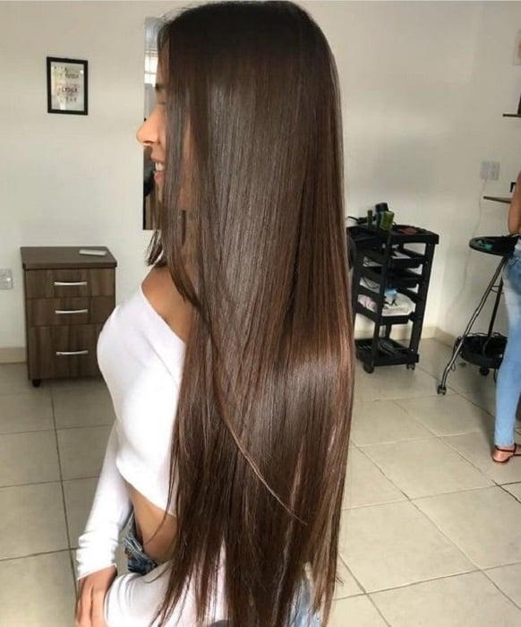 Chica de cabello castaño lacio largo