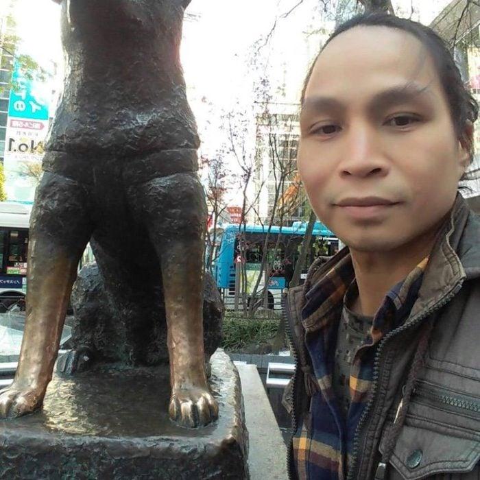 Alixson Mangundok con estatua de Hachiko