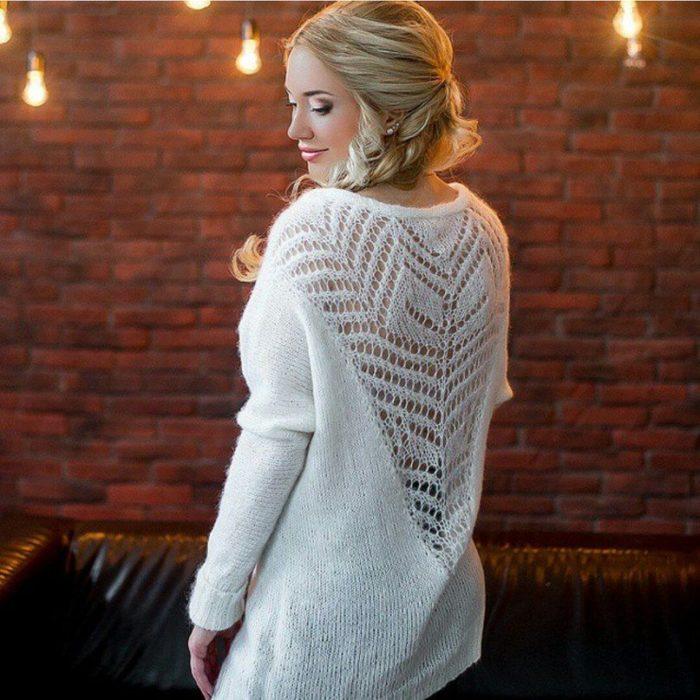 Outfit con cardigan con diseño calado en la espalda
