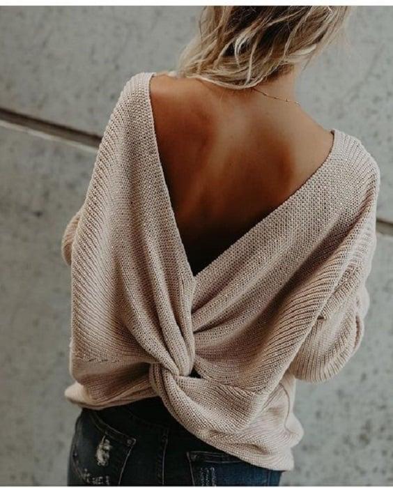 Outfit con cardigan con escote en V en la espalda