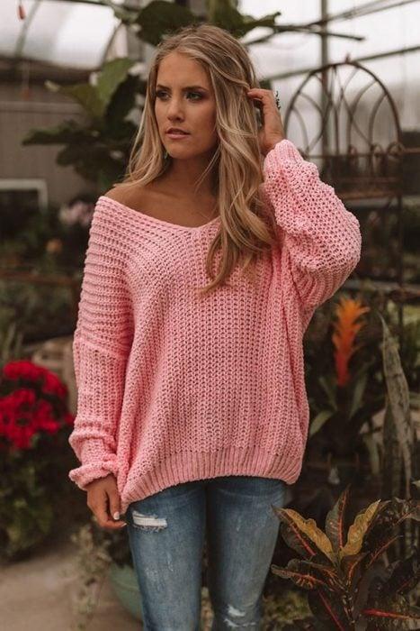 Chica usando cardigan rosa