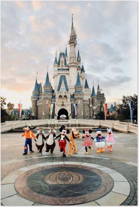 Mickey y amigos y de fondo el castillo de Cenicienta
