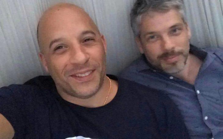 Vin Diesel y Paul Vincent tomando una selfie desde su cama