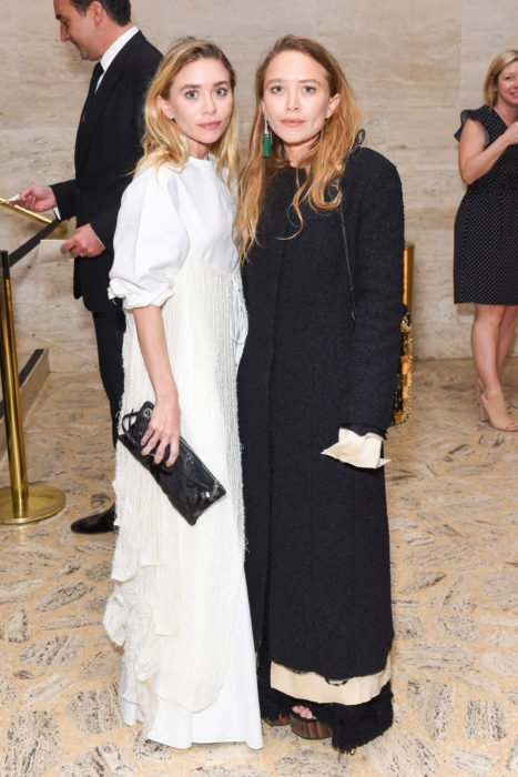 Mary-Kate y Ashley Olsen posando para uan foto en un evento de alta costura