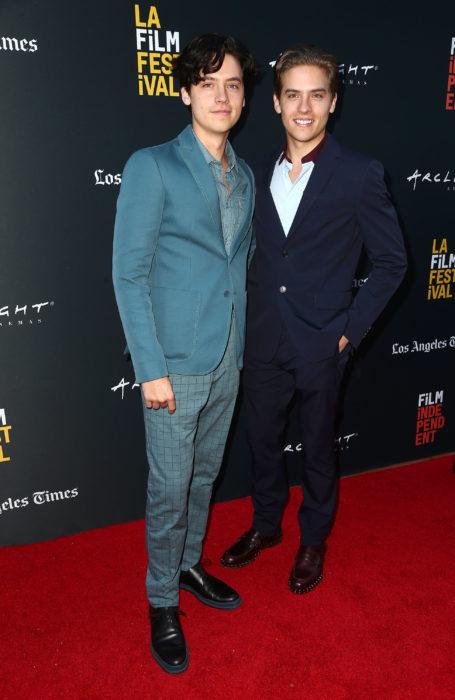 Cole y Dylan Sprouse en una alfombra roja