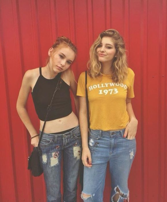 Willow y Autumn Shields frente a una cortinilla roja