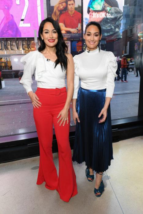 Nikki y Brie Bella en un estudio de televisión