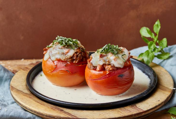 Tomates rellenos de queso con carne molida y perejil