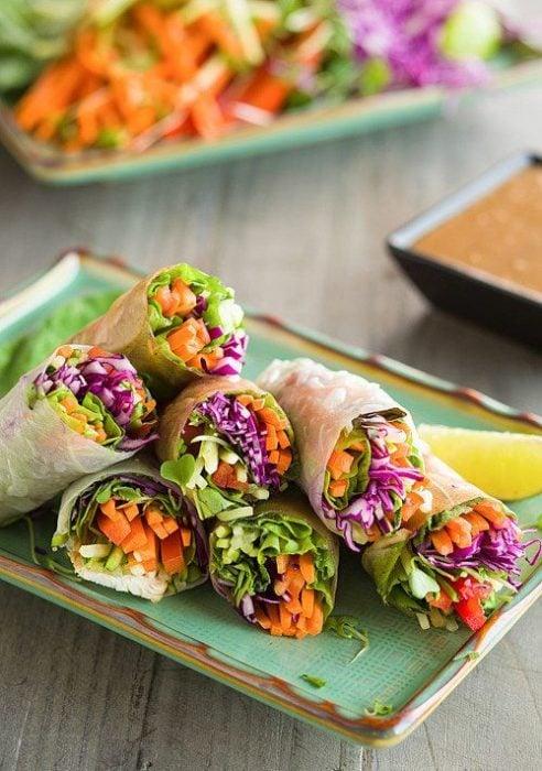 Riollos vietnamita rellenos de col morada, zanahoria y lechuga