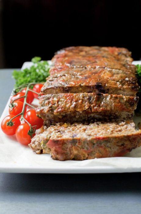 Pastel de carne con vegetales y tomate chico