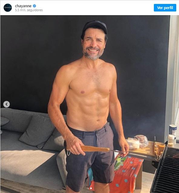 Chayanne sube foto a Instagram cocinando sin camisa