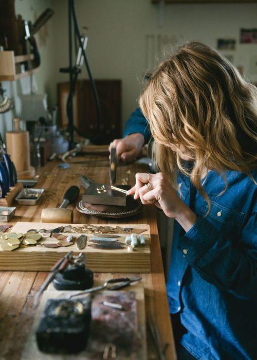 Chica trabajando manualmente en cosas de joyerias