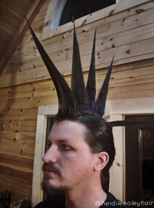 Chico con el cabello peinado en picos estilo punk