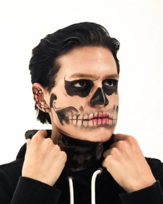 Usiel Guillermo, chico mexicano que se parece a Shrek humano; cosplay de calavera, Tate Langdon de American horror story