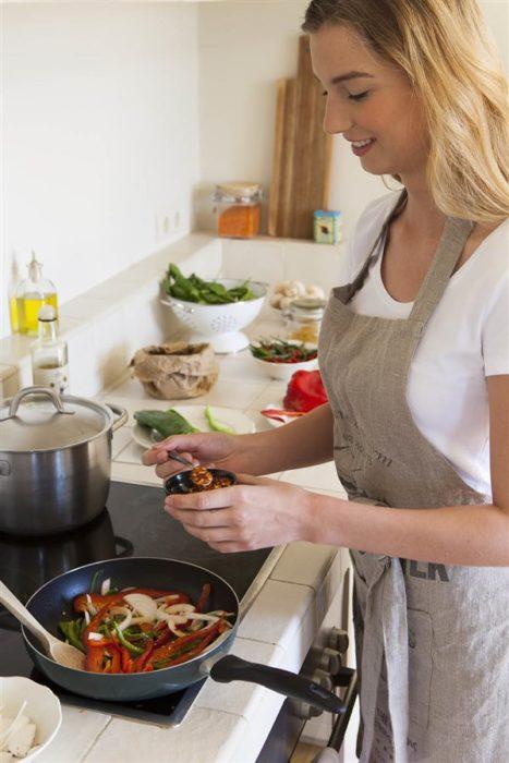 Chica cocinando comida saludable