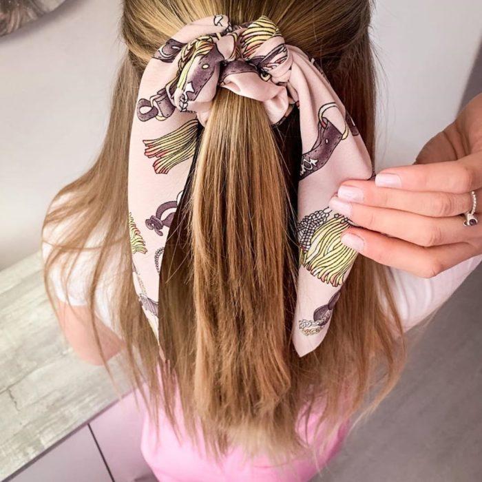 Chica usando coletero-lazo color rosa