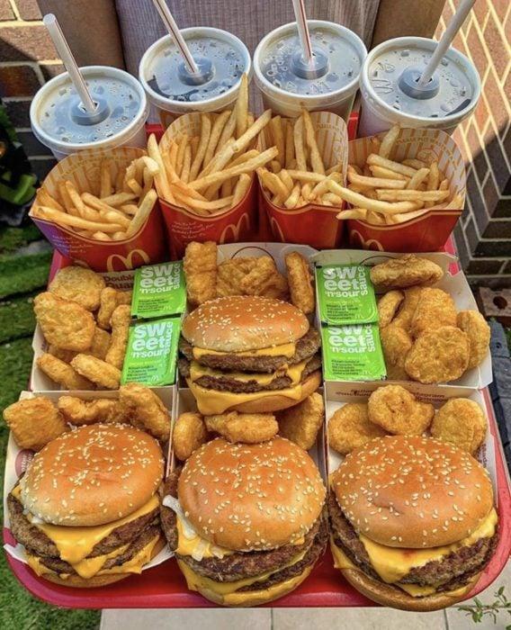 Comida rápida, como hamburguesas, papas fritas y refresco