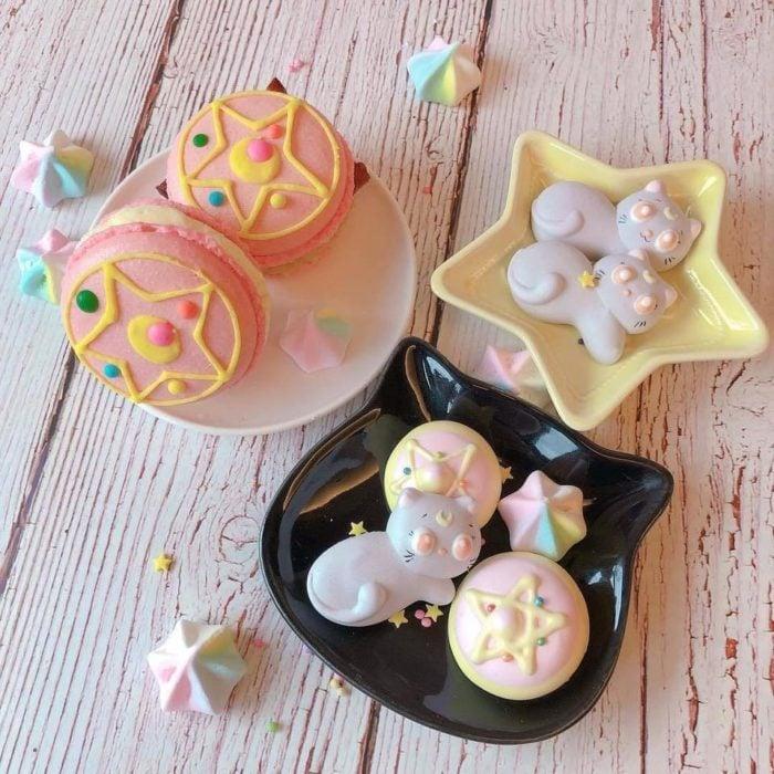 Galletas y merengues de colores pastel en forma delprimsa lunar de Sailor Moon