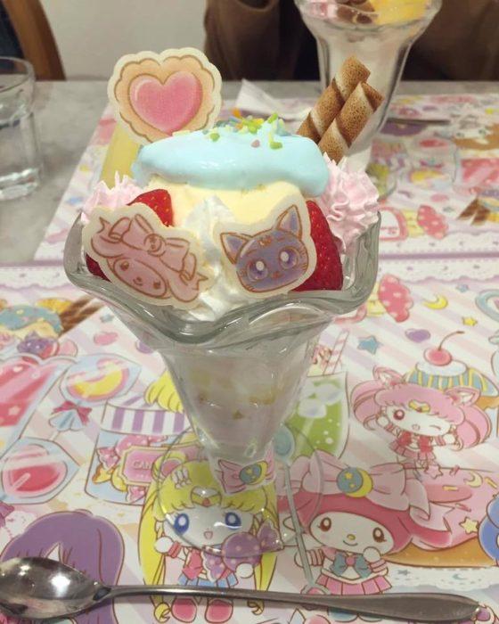 Copa de helado con obleas de personajes de Sailor Moon