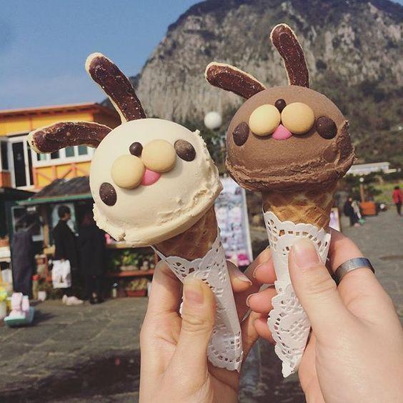 Helados de chocolate y vainilla decorados con orejas de perros hechas con galletas