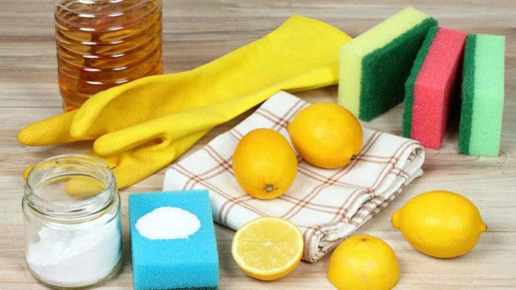 Mesa con sal, limón y artículos de limpieza