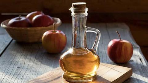 Vinagre de manzana en una botella de vidrio