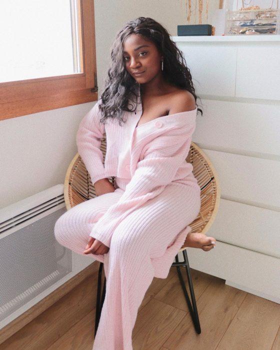 Chica usando conjunto de chandal rosa