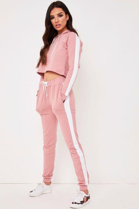 Chica usando conjunto deportivo rosa