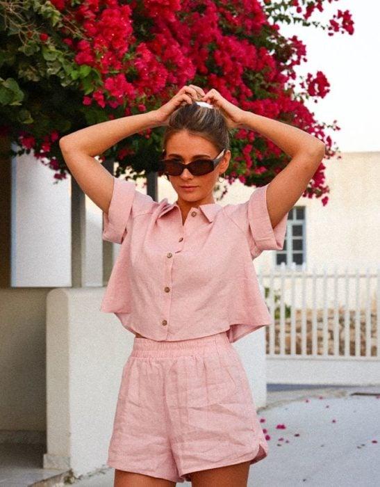 Chica usando conjunto de verano rosa