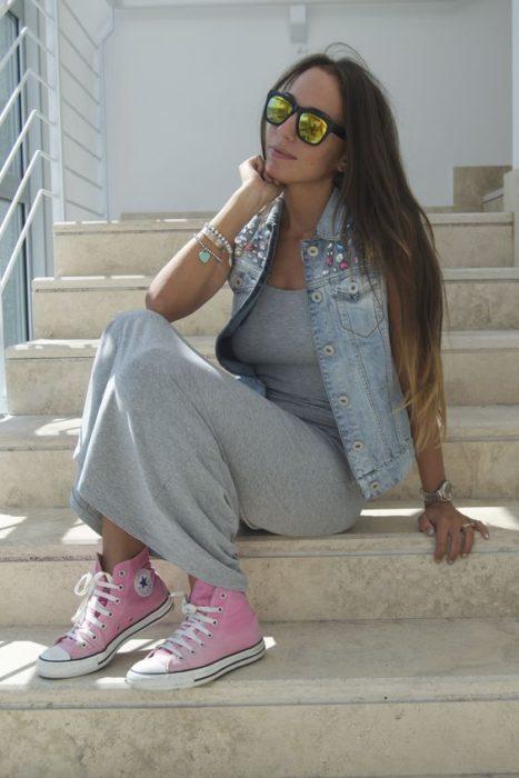 Chica usando converse rosa