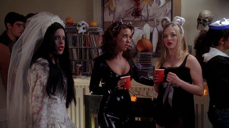 Escena de la película chicas pesadas. Cady Heron junto a sus amigas en Halloween