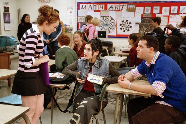 Escena de la película chicas pesadas en la que Cady entrega barras a Jannis
