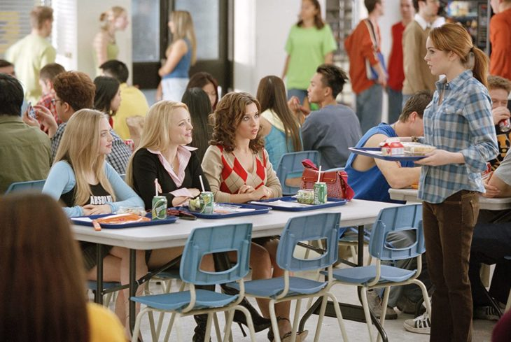 Escena de la película chicas pesadas. Cady Heron llegando a la mesa de Regina y sus amigas