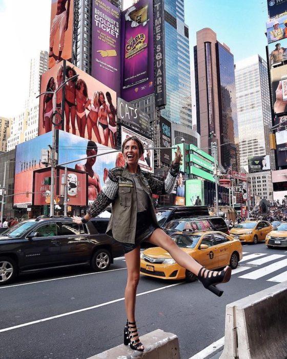 Chica feliz posa en avenida de Nueva York