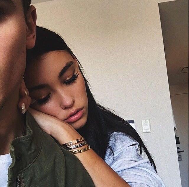 Chica triste apoya su mano y su cabeza en hombro de chico