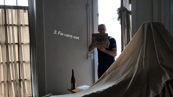 Chico entrando con la cena a su casa en una bolsa de papel