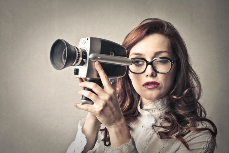 Chica sosteniendo una cámara de video