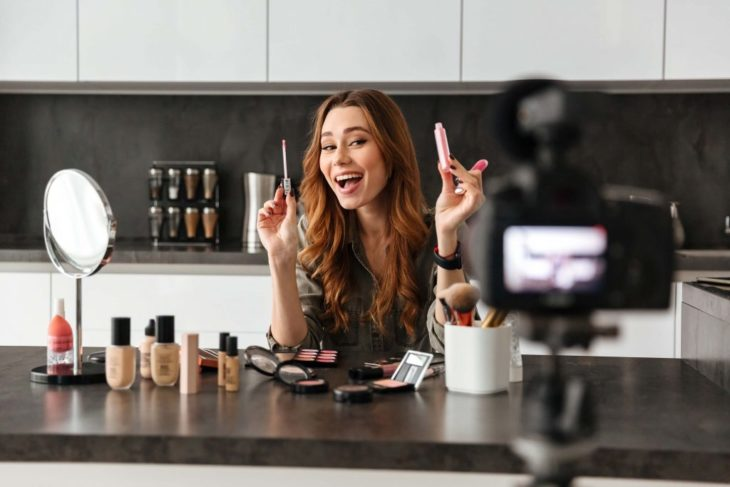 Chica realizando vídeos para su blog personal