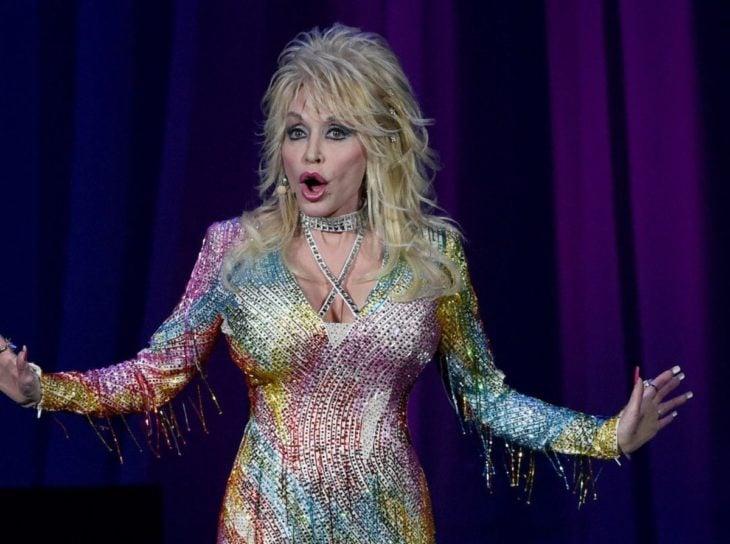 Dolly Parton durante un concurso