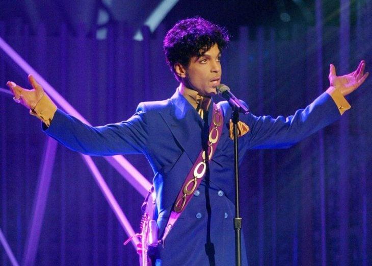 Prince usando su traje morado para dar un concierto