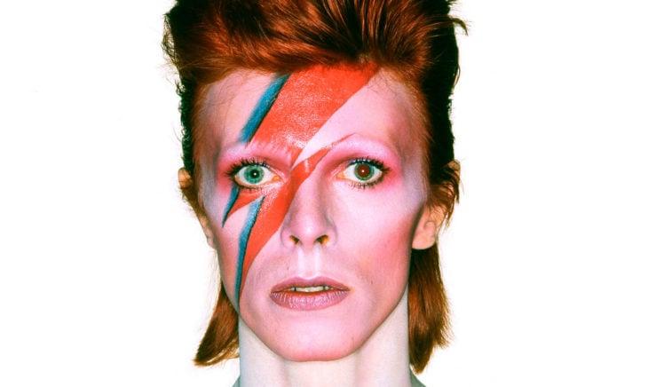 David Bowie con su característico rayo en el rostro
