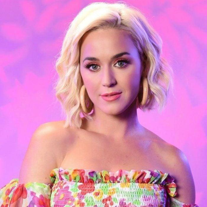 Katy Perry posando para una foto mientras usa un vestido de flores