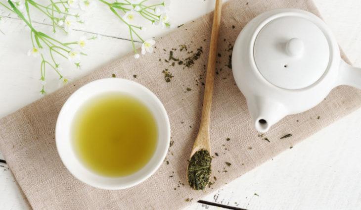 Jarra de ceramica con infusión de té verde