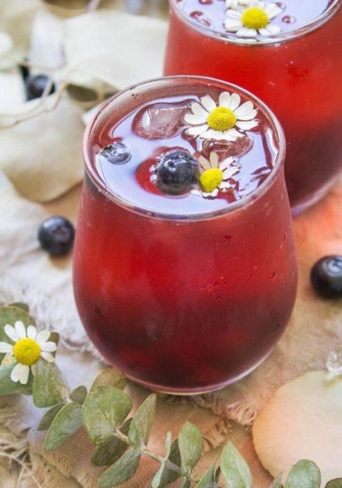 Vaso de cristal con té de arándano