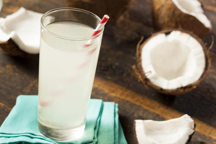 Vaso de agua con agua de coco